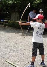 園内の竹で作った弓矢 自由に遊んで上達しよう